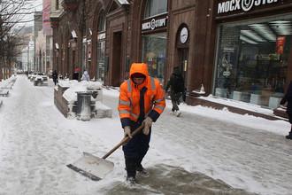 Сотрудник коммунальных служб убирают последствия снегопада на Тверской улице в Москве, 4 марта 2018 года