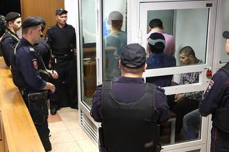 Один из членов банды GTA Хазратхон Додохонов (на втором плане справа) во время оглашения приговора пятерым членам банды GTA, обвиняемых в убийствах и бандитизме, в Московском областном суде, 9 августа 2018 года