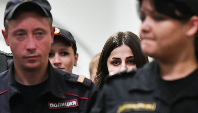 Одна из сестер Хачатурян Ангелина в Басманном суде, сентябрь 2018 года