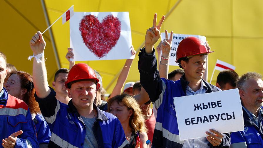 Рабочие во время митинга у Минского завода колесных тягачей, 17 августа 2020 года