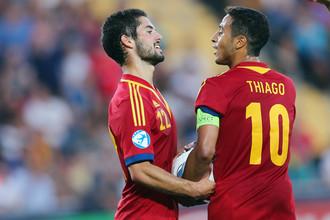 Иско отбирает у Тьяго мяч перед вторым пенальти в ворота Италии.