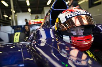 Российский гонщик Даниил Квят за рулем болида «Торо Россо» на первой тренировочной сессии Гран-при Австралии