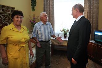 Владимир Путин во время посещения дома-интерната для престарелых и инвалидов «Пансионат «Каширский» в Воронежской области