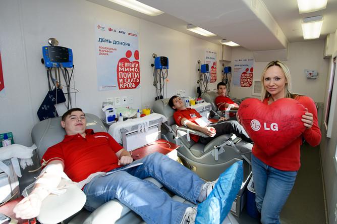 Фигуристка Мария Бутырская сдает кровь в Иркутске