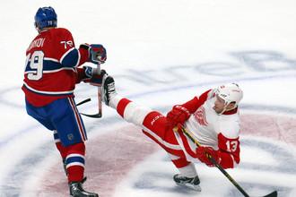 Павел Дацюк (справа) успевал в своем первом матче в сезоне и творить чудеса с шайбой, и танцевать на льду