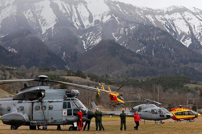 Спасательные вертолеты недалеко от места крушения самолета авиакомпании Germanwings на юге Франции