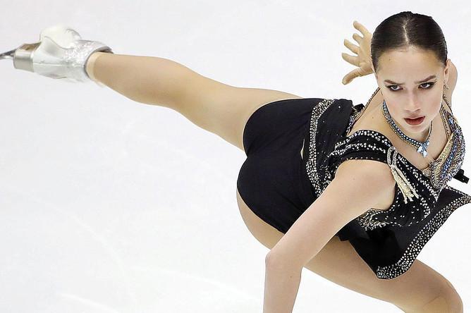Алина Загитова во время исполнения произвольной программы на VI этапе Гран-при по фигурному катанию в японском Саппоро