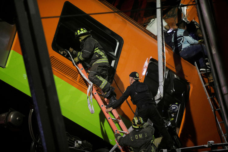 Работа экстренных служб на месте обрушения метромоста в Мехико, 3 мая 2021 года