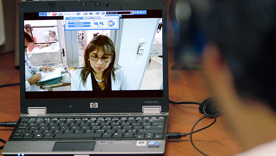 Глава отделения кардиологической интенсивной терапии детской больницы в Питтсбурге (Пенсильвания, США) общается с коллегой из колумбийского Кали через интернет, 2010 год