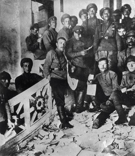 Юнкера вбывшем особняке балерины Матильды Кшесинской после переезда изнего Центрального Комитета и Петроградского Комитета РСДРП(б), 6 июня 1917 года