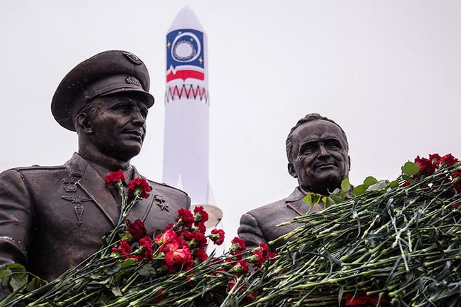 Церемония открытия памятника конструктору Сергею Королеву и космонавту Юрию Гагарину в Королеве, 12 января 2017 года