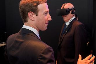 Основатель Facebook Марк Цукерберг и президент Перу Педро Пабло Кучински в очках виртуальной реальности во время саммита АТЭС, ноябрь 2016 года