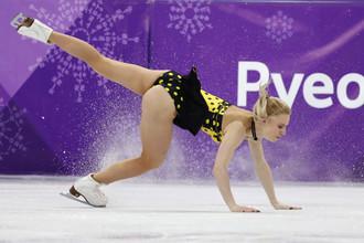 Российская фигуристка Евгения Тарасова, выступающая в дуэте с Владимиром Морозовым, падает во время произвольной программы на Играх-2018