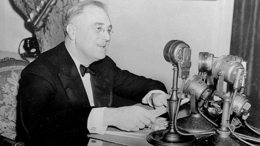 Франклин Рузвельт обращается к нации в эфире радиопередачи «Беседы у камина», ноябрь...