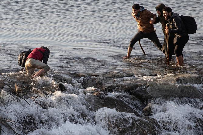 Мигранты идут по реке Марица