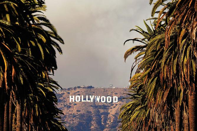 Пожар на Голливудских холмах в Лос-Анджелесе неподалеку от киностудий Warner Bros. и Universal