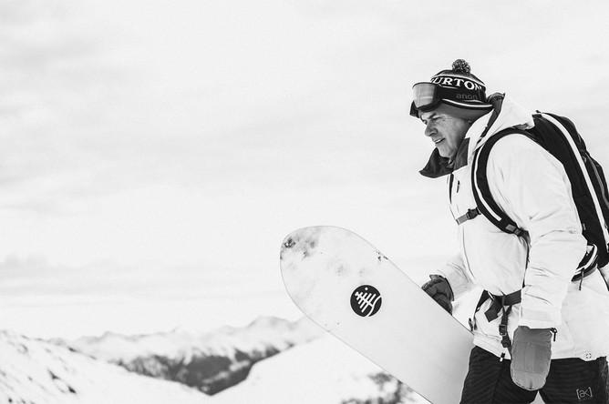 <b>Джейк Бертон (29 апреля 1954 — 20 ноября 2019)</b> Американский сноубордист и один из изобретателей сноуборда. Считается, что он изобрел зимний экстремальный спорт в современном виде как эстетически, так и функционально. Бертон является основателем фирмы Burton Snowboards — первой в мире фабрики по производству сноубордов, которую основал в 1977 году