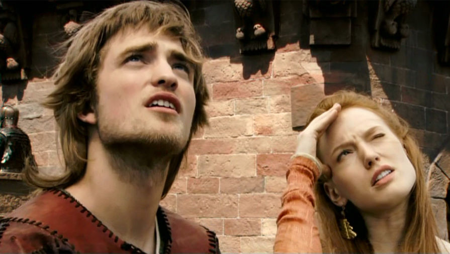 <b>«Кольцо Нибелунгов» (2004)</b> <br><br> В 2004 году Роберт Паттинсон дебютировал на телевидении в проекте «Кольцо Нибелунгов», основанном на средневековой поэме &laquo;Песнь о Нибелунгах&raquo; о Зигфриде, герое-драконоборце. 17-летний Паттинсон сыграл Гизельхера &mdash; младшего брата принцессы Кримхильды и короля Гюнтера. Фильм снимался специально для немецкой аудитории.