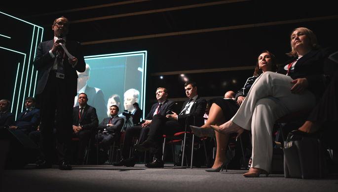 Участники панельной дискуссии «Малый крупному или крупный малому? Кооперация: как и кому это выгодно?» в рамках Петербургского международного экономического форума- 2021 в конгрессно-выставочном центре «Экспофорум».