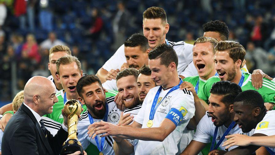 Сборная Германии получает главный трофей Кубка конфедераций из рук президента ФИФА Джанни Инфантино