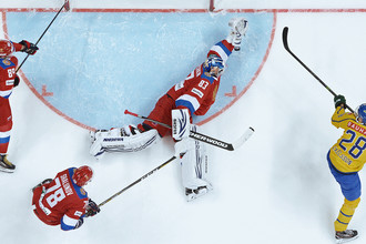 Игрок сборной России по хоккею Владислав Гавриков во время матча между Россией и Швецией в Москве, 14 декабря 2017 года