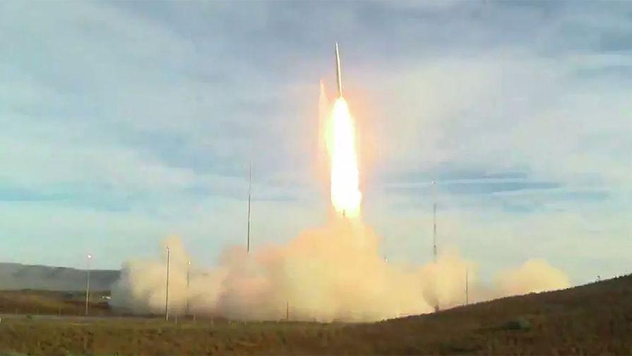 Запуск баллистической ракеты с авиабазы Ванденберг в Калифорнии, 12 декабря 2019