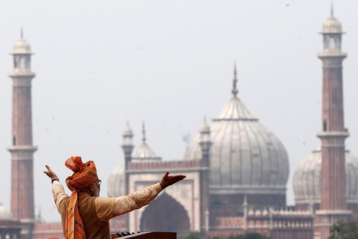 Премьер-министр Индии Нарендра Моди обращается к нации со стен Красного форта в Дели во время...