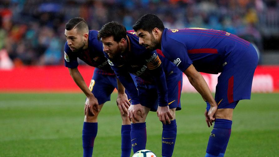 Жорди Альба, Лионель Месси и Луис Суарес (слева-направо) готовятся к исполнению штрафного удара