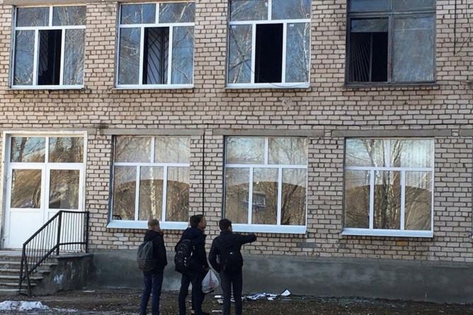 У школы №1 на улице Блюхера в Стерлитамаке, где произошло нападение с применением ножа, в результате которого пострадали люди, 18 апреля 2018 года