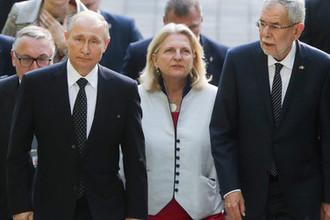 Президент России Владимир Путин, министр иностранных дел Австрии Карин Кнайсль и президент Австрии Александр Ван дер Беллен (слева направо на первом плане) во время встречи в Сочи, 15 мая 2019 года