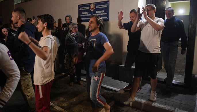Задержанные в ходе акций протеста после освобождения из Центра изоляции правонарушителей на улице Окрестина в Минске, 14 августа 2020 года