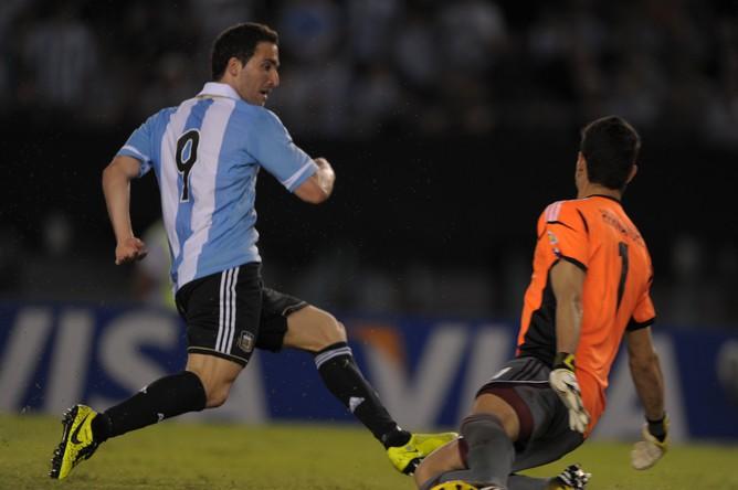 Аргентинец Гонсало Игуаин отправляет первый матч в ворота сборной Венесуэлы