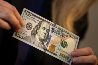 В США вводится в обращение новая 100-долларовая банкнота