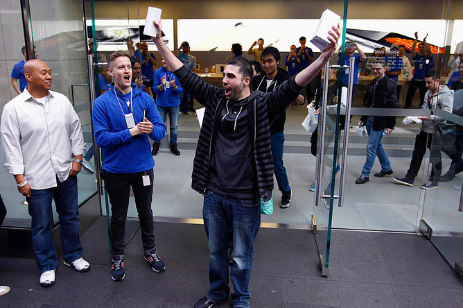 Дэвид Рахими держит свои iPhone 6 и iPhone 6 Plus: он стал самым первым счастливым обладателем новинок Apple в Сиднее