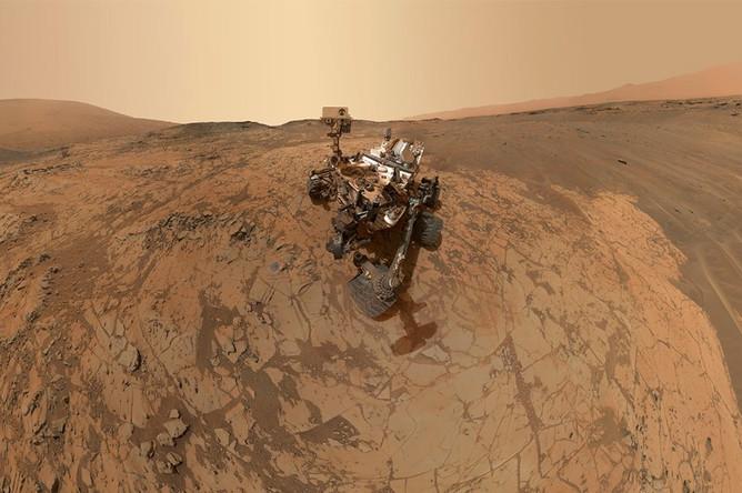 Марсоход Curiosity космического агентства NASA периодически присылает селфи сМарса. Автопортрет на Марсе в районе горы Шарп