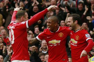 Уэйн Руни, Эшли Янг и Хуан Мата (слева-направо) празднуют один из голов «Ман Юнайтед»