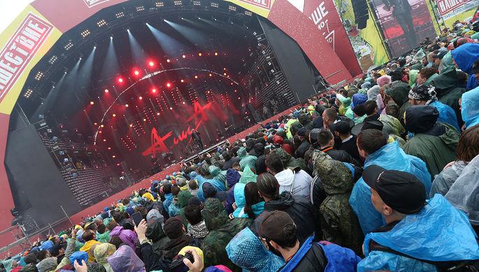 Зрители на всероссийском музыкальном фестивале под открытым небом «Нашествие-...