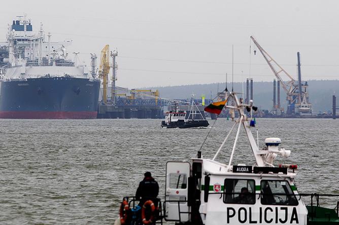 Танкер в порту литовского города Клайпеда