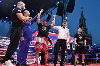 Российский боксер Станислав Каштанов (третий слева) и белорусский боксер Сергей Хомицкий (справа) после поединка в рамках празднования Дня российского бокса на Красной площади.