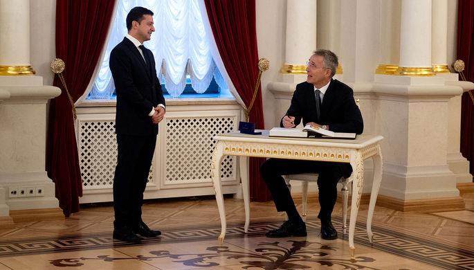 Официант или школьник: в сети оценили фото Зеленского