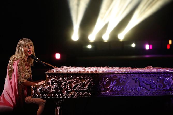 Певица Тейлор Свифт на The American Music Awards-2019