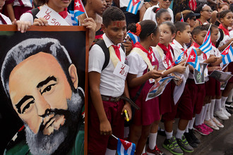 Школьники с портретом Фиделя Кастро в парке города Сантьяго-де-Куба во время траурного путешествия его праха по революционному маршруту 1959 года, 3 декабря 2016 года