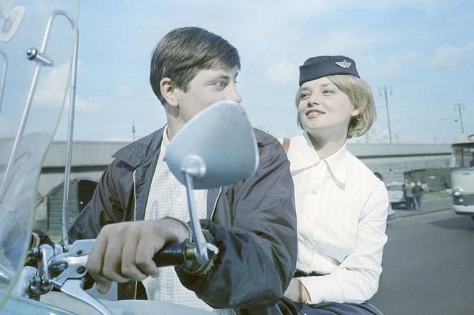 Наталья Кустинская в роли стюардессы в фильме «Королевская регата» (1966)