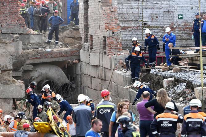Сотрудники МЧС разбирают перекрытия, рухнувшие в строящемся здании в Новосибирске, 28 августа 2019 года