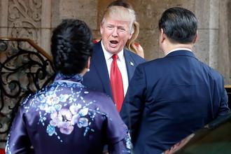 Президент США Дональд Трамп встречает председателя КНР Си Цзиньпина и его супругу Пэн Лиюань, июнь 2017 года