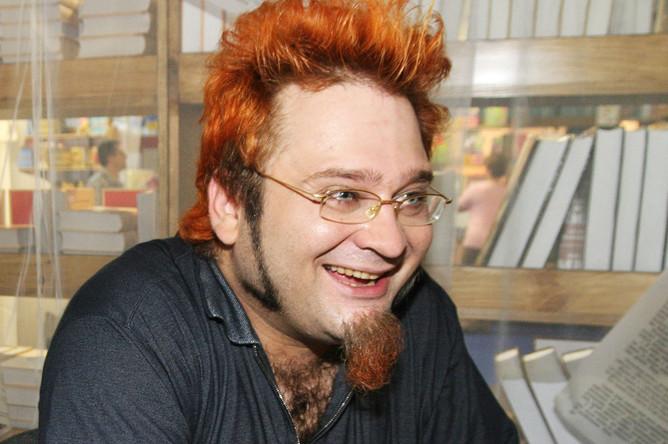 Шоумен Роман Трахтенберг во время презентации своей книги анекдотов, прошедшей в рамках XVII Московской международной книжной выставки-ярмарки в одном из павильонов ВВЦ, 2004 год