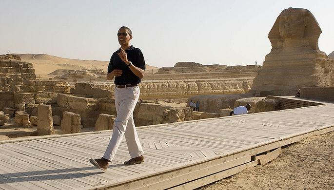 Президент США Барак Обама около пирамид Гизы во время поездки в Египет, 2009 год
