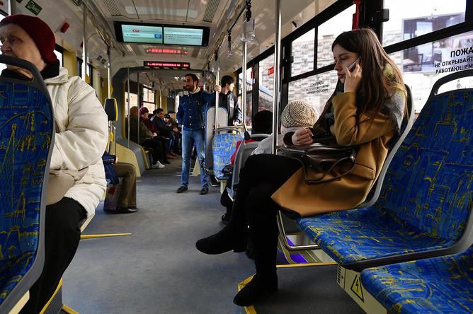 Пассажиры в новом российском трамвае «Витязь-М» в Москве