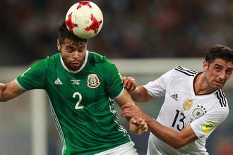Нестор Араухо и Ларс Штиндль во время матча 1/2 финала Кубка конфедераций — 2017 по футболу между сборными Германии и Мексики