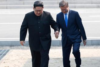 Лидер КНДР Ким Чен Ын и президент Южной Кореи Мун Чжэ Ин во время встречи деревне Пханмунджом, 27 апреля 2018 года